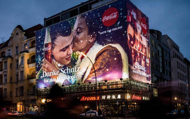 Coca-Cola Riesenposter in der Berliner Kantstrasse