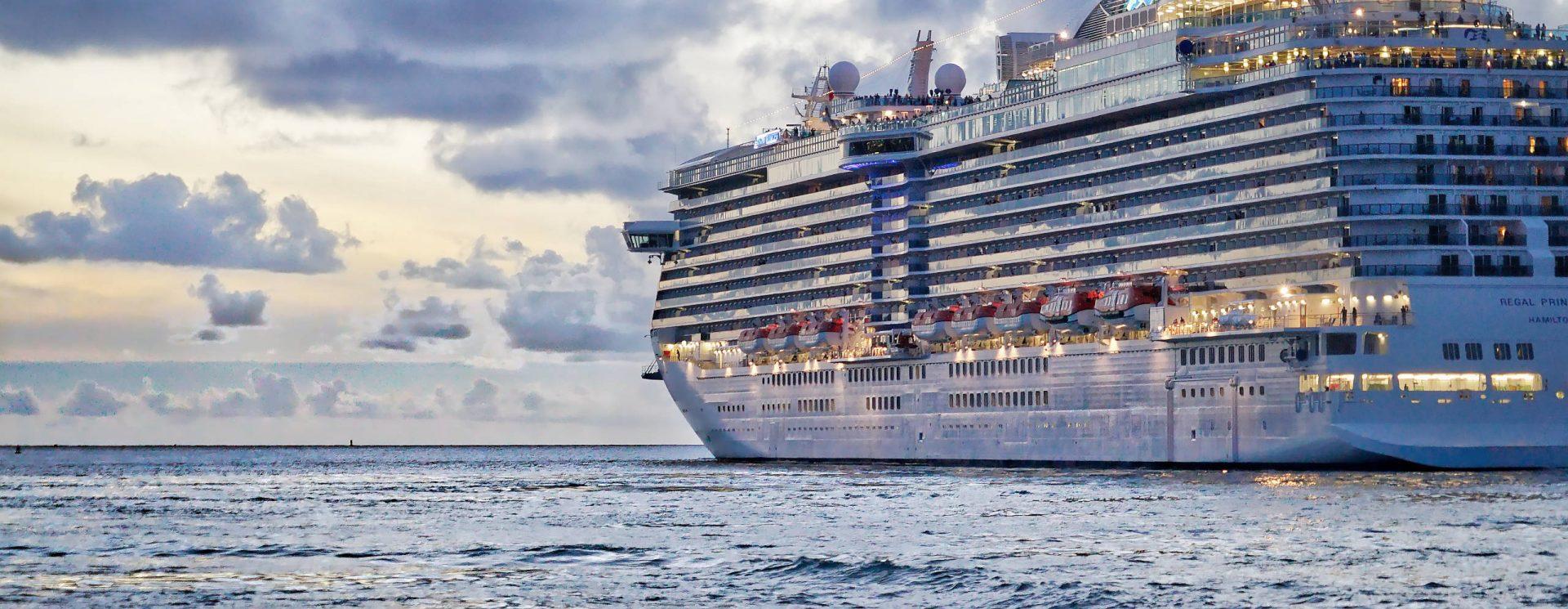 Symbolbild eines Kreuzfahrtschiffs mit brandschutzzertifizierten Drucken