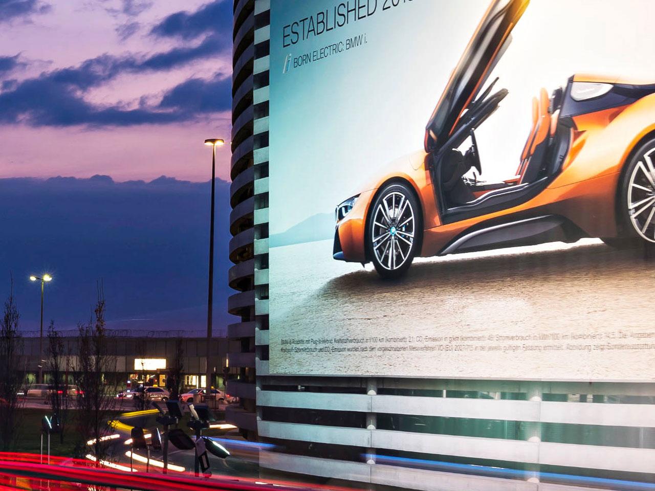 Riesenposter für den BMW i8 am Flughafen Hamburg im Abendlicht