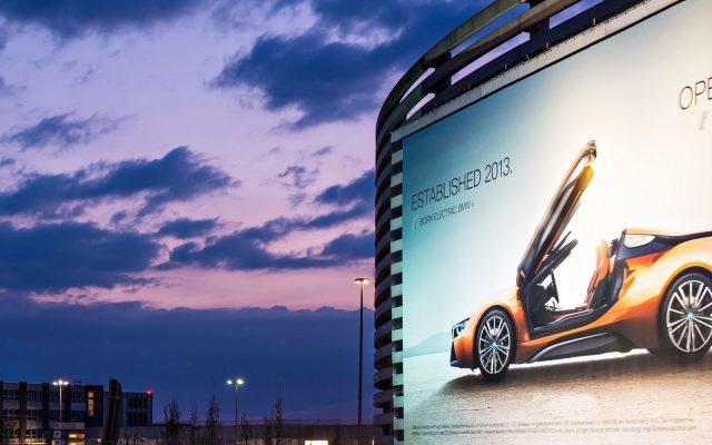 Riesenposter für den BMW i8 am Flughafen Hamburg