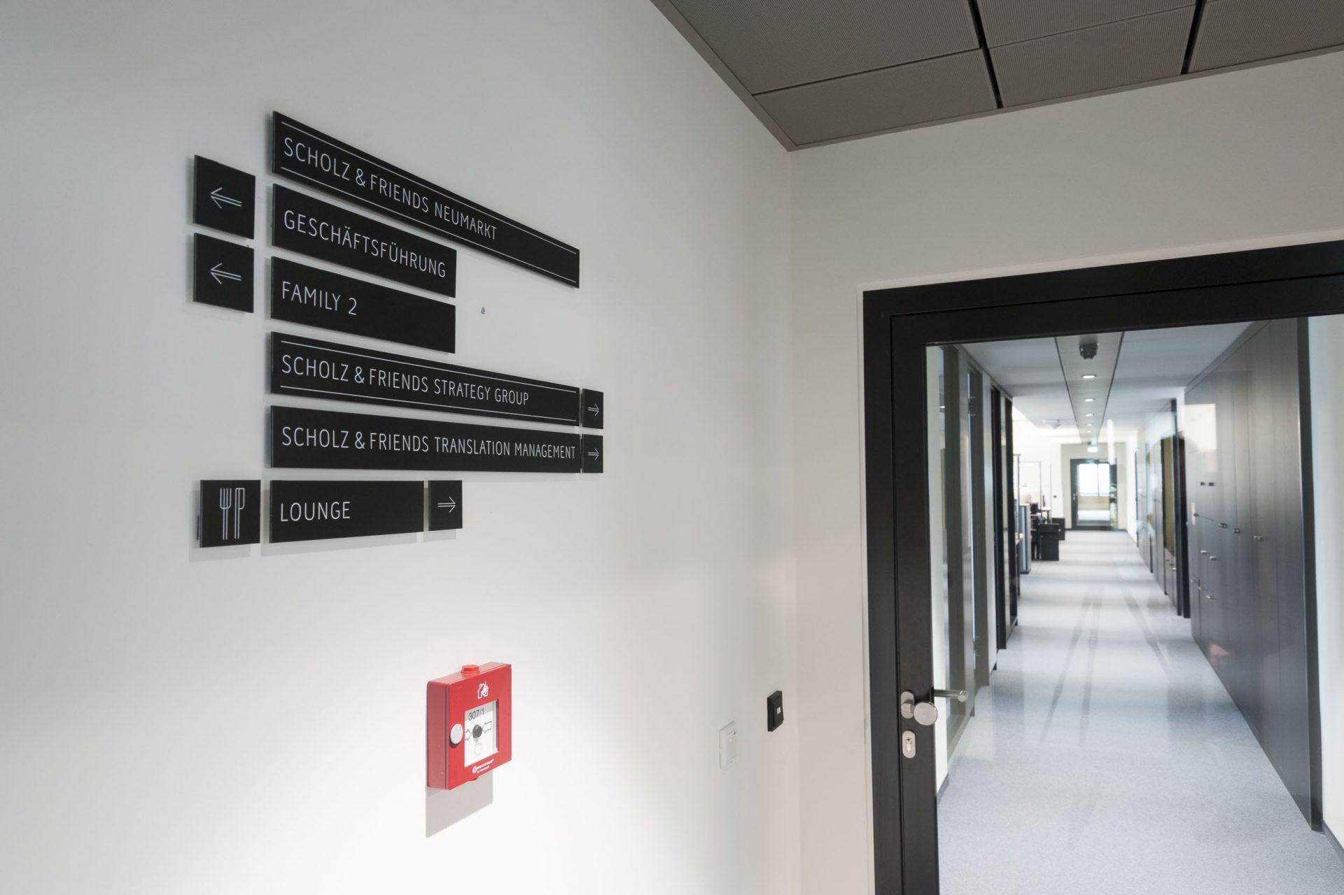 Wegeleitsystem einer Etage in der Agentur Scholz & Friends