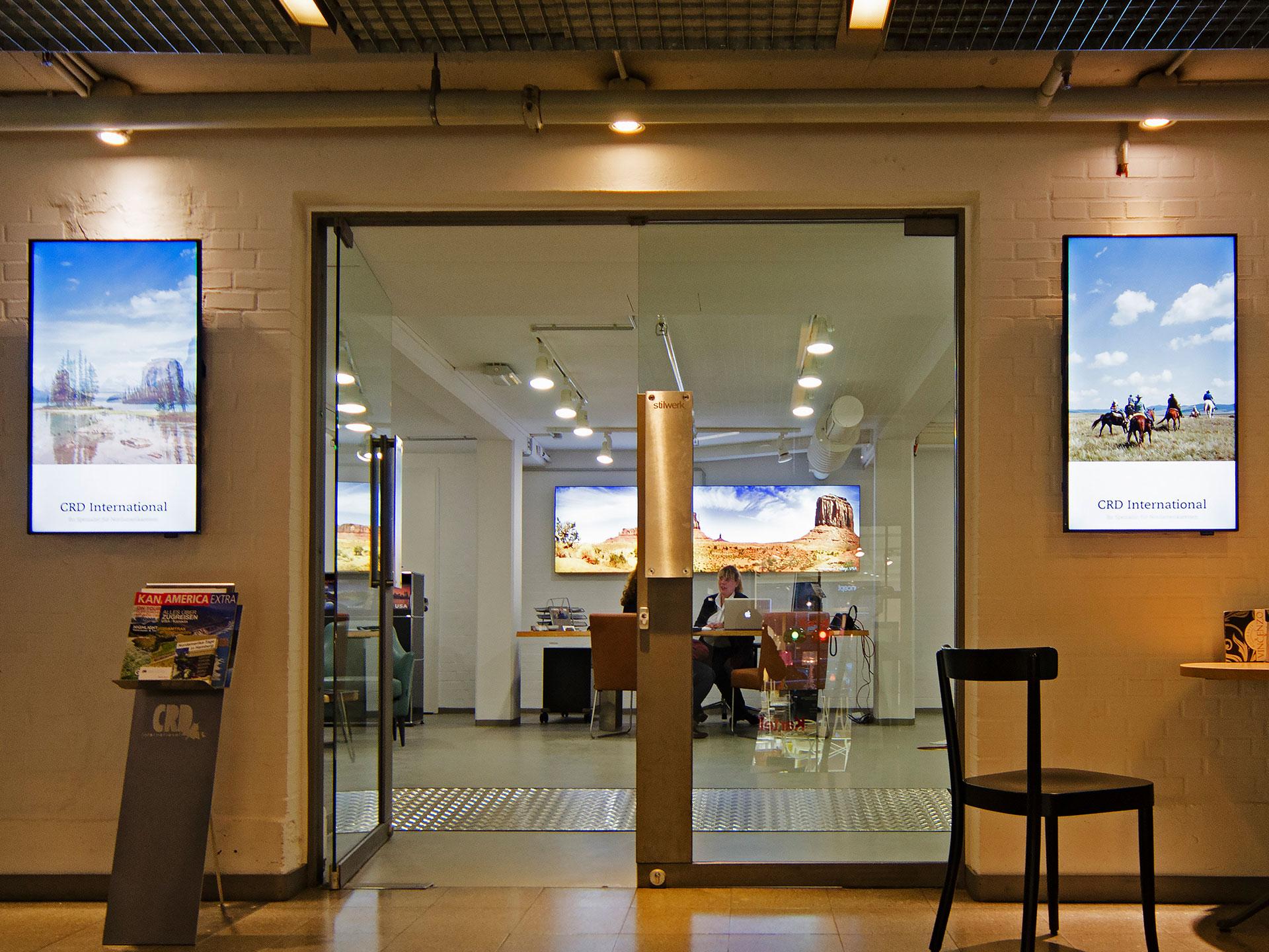 Kombination aus Digital Signage Displays und Leuchtkästen