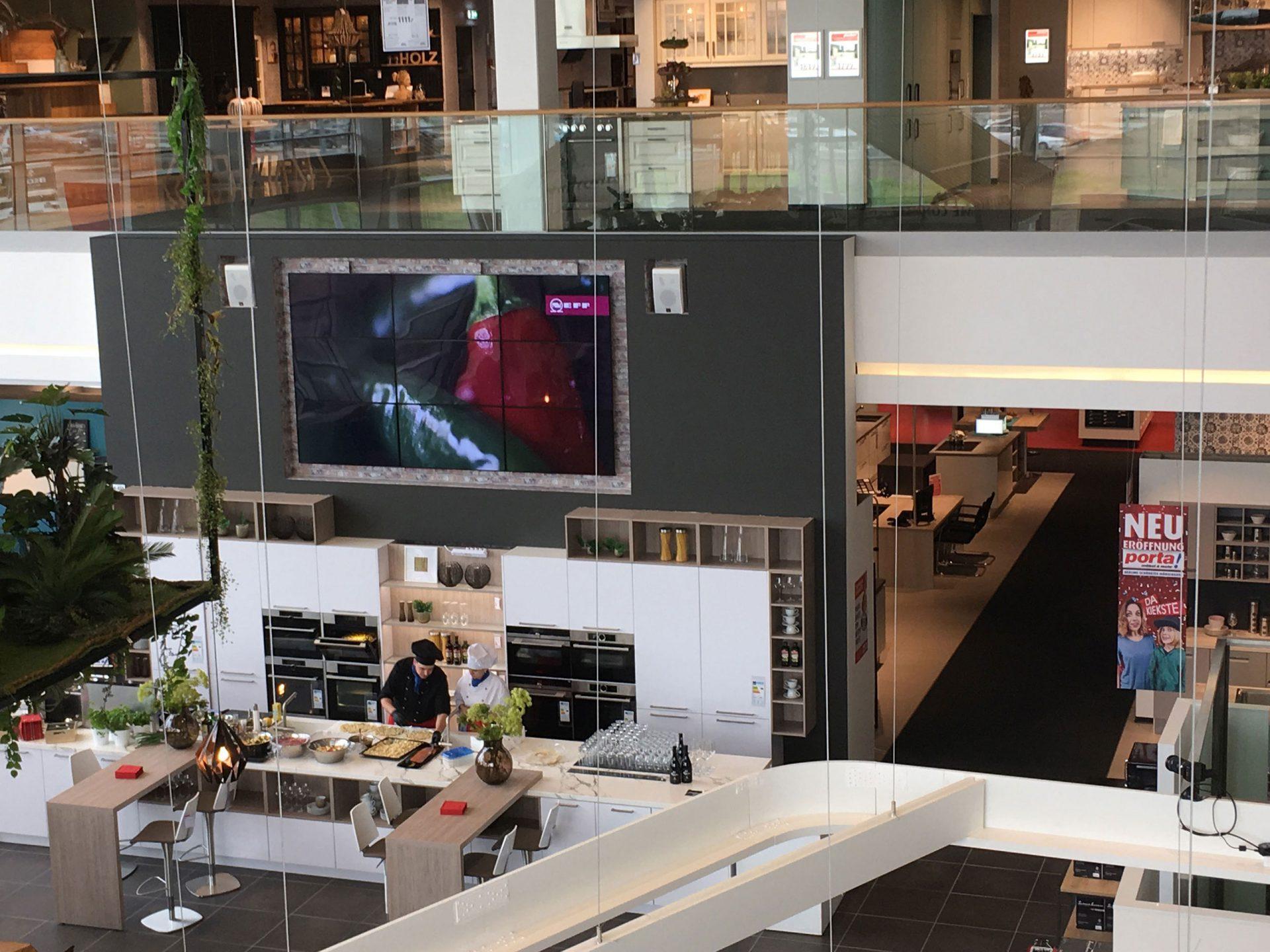 Professionelles Digital Signage-Display in einem Möbelhaus