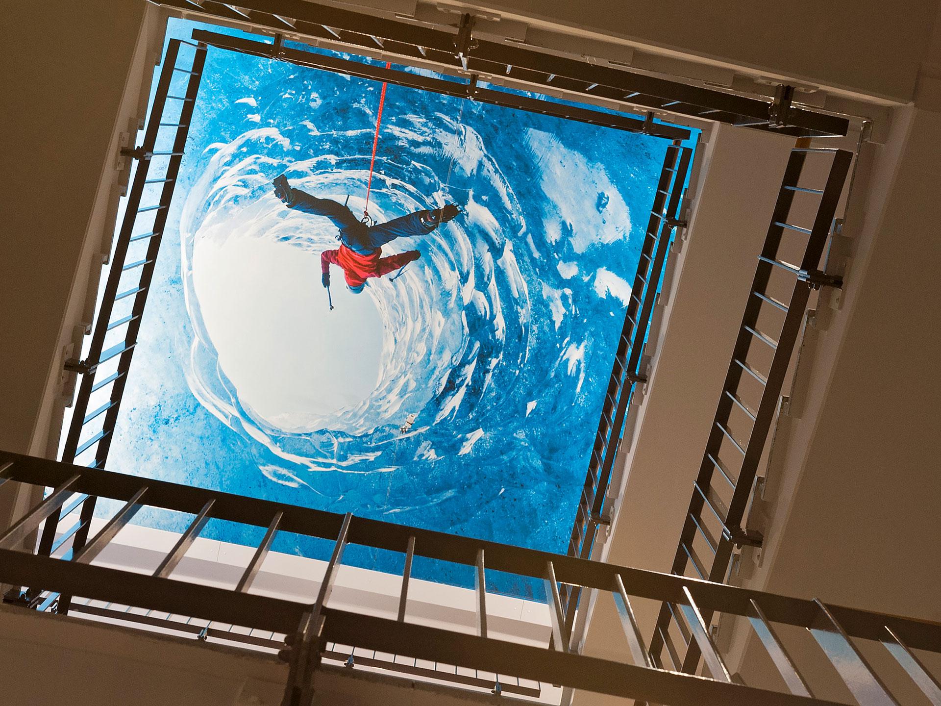 Von Kleinhempel Large Format Printing bedrucktes Glasfasergewebe im Globetrotter-Treppenhaus