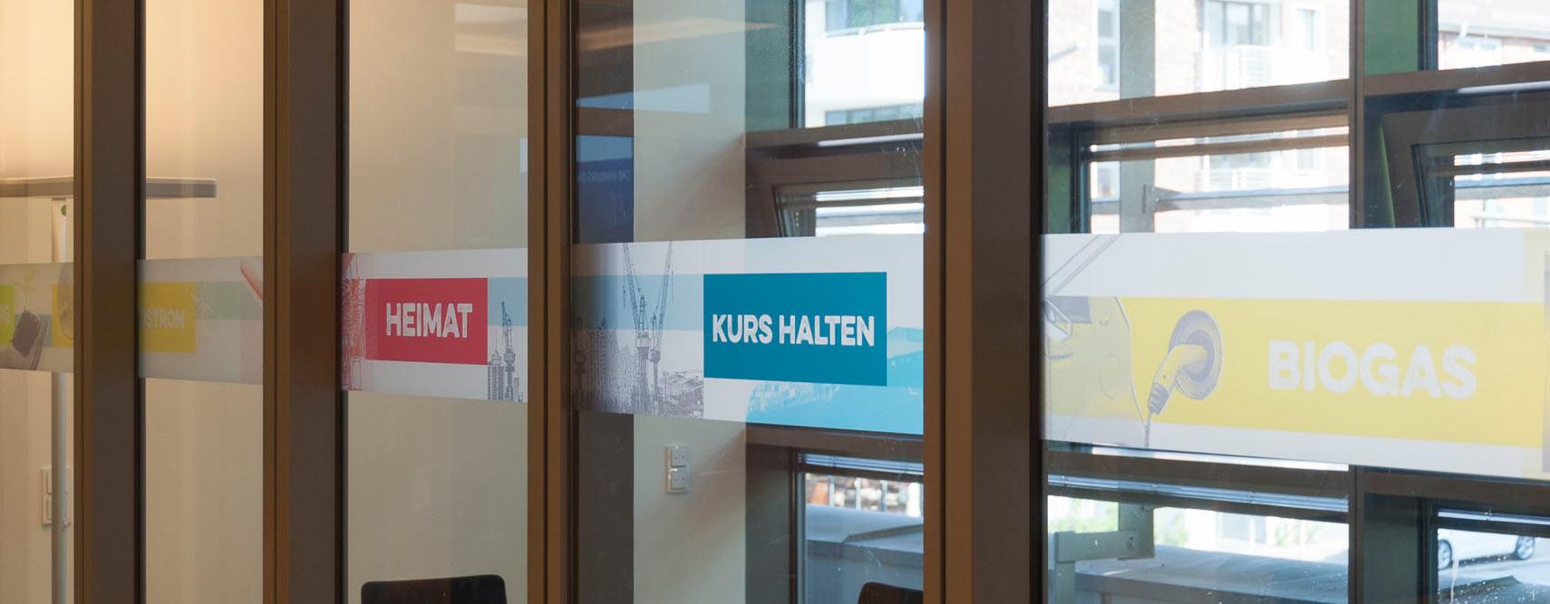 Konferenzraum von Hamburg Energie mit Foliendrucken von Kleinhempel im Vordergrund
