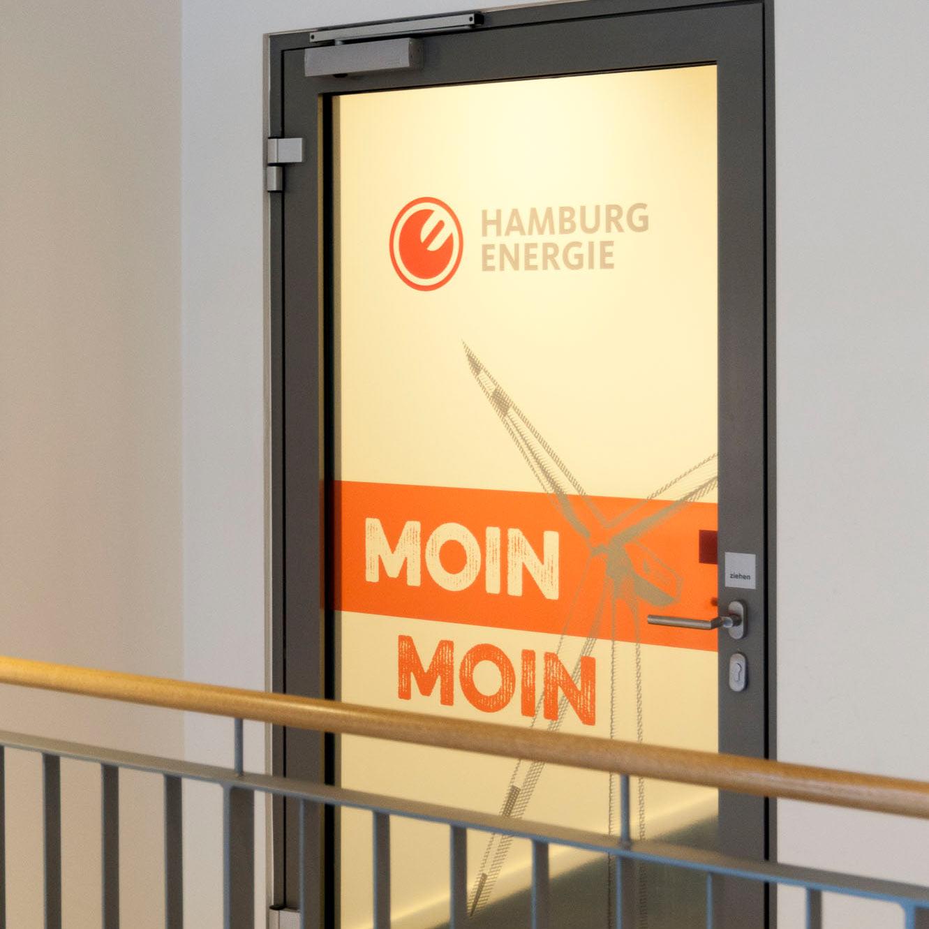 Halbtransparenter Foliendruck auf einer Glastür