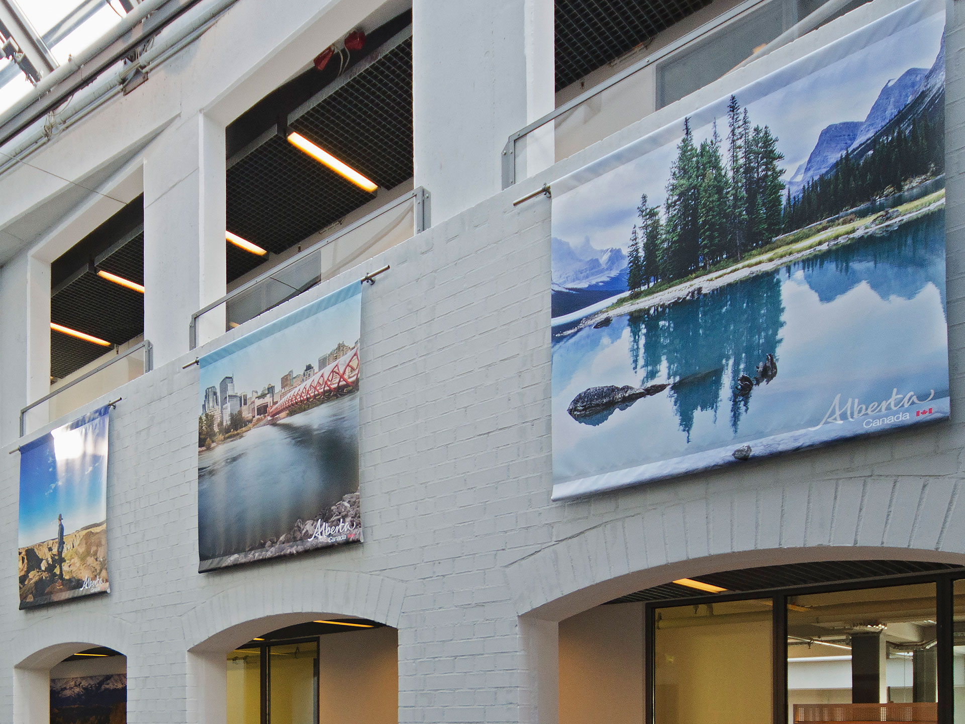 Schwebend montierte Galeriebilder