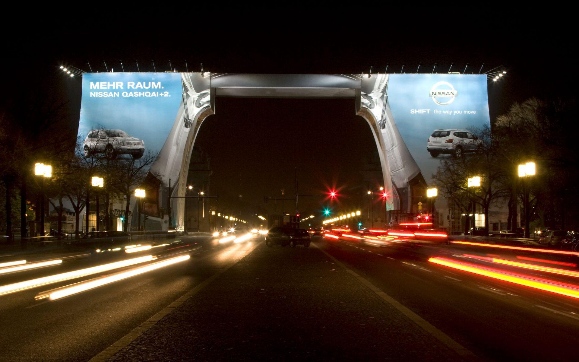 Nissan Out-of-Home-Kampagne, Kandelaber in Berlin, Großformatdruck von Kleinhempel
