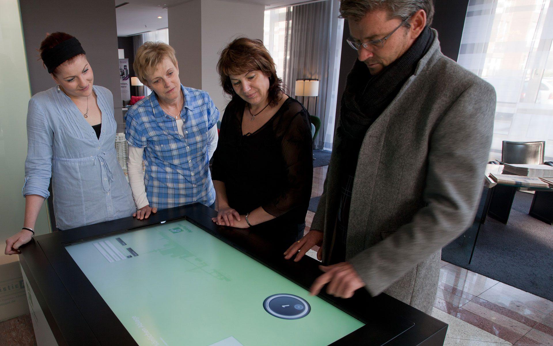 Kleinhempel Digital Signage Interaktiver Touch Desk im Einsatz