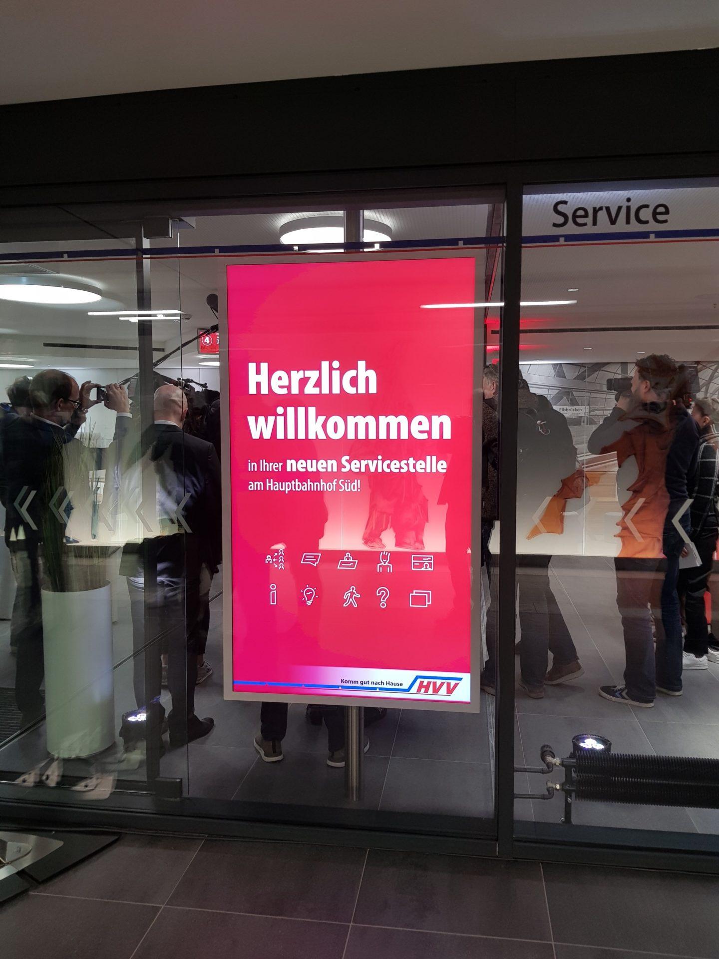 Kleinhempel Digital Signage im Schaufenster einer HVV-Servicestelle