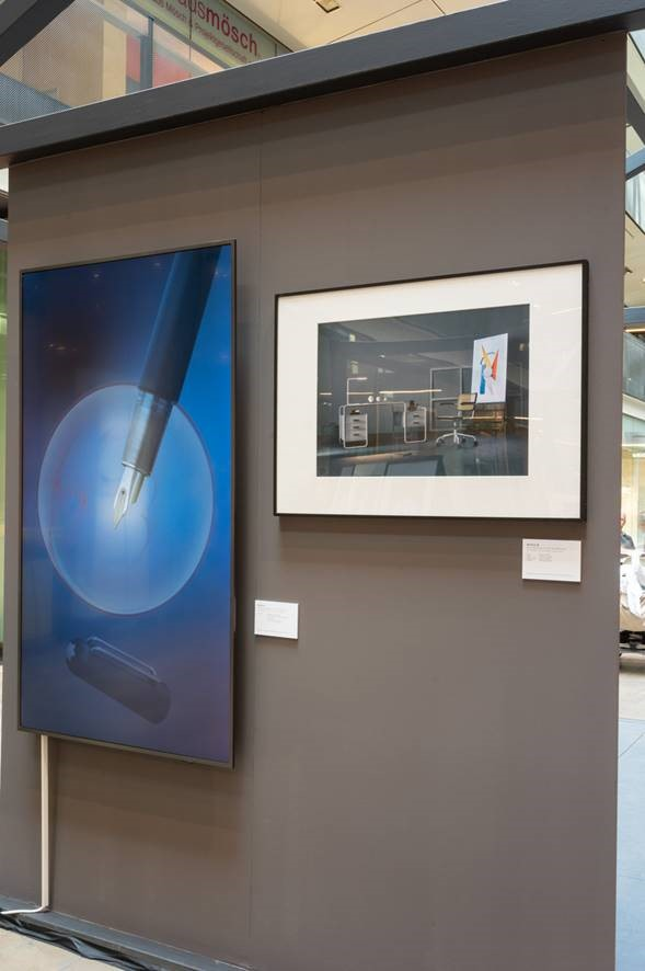 Ein Digital Signage-Display im Rahmen einer stilwerk-Kunstausstellung