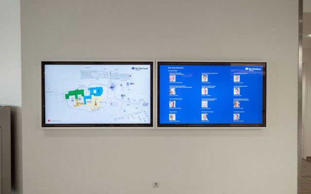 Zwei Digital Signage-Displays im BG Klinikum