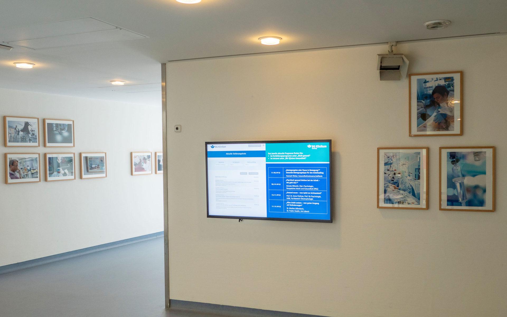 Galerie mit Digital Signage-im BG Klinikum Hamburg