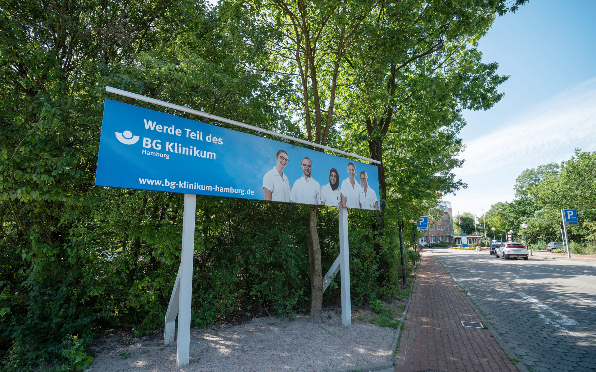 Großformat-Banner vor der Zufahrt des BG Klinikums Hamburg