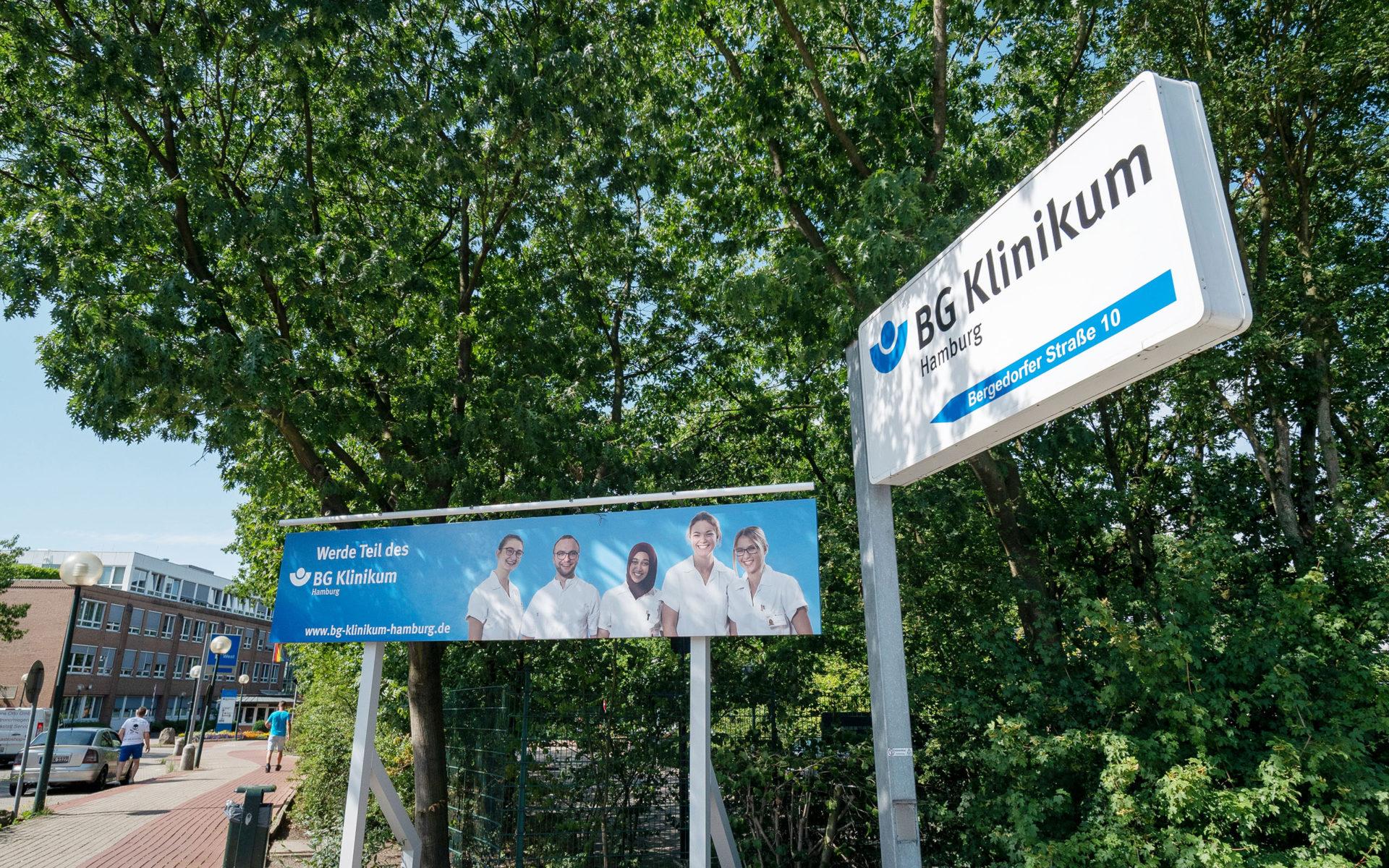Großformatdruck vor der Zufahrt des BG Klinikums Hamburg