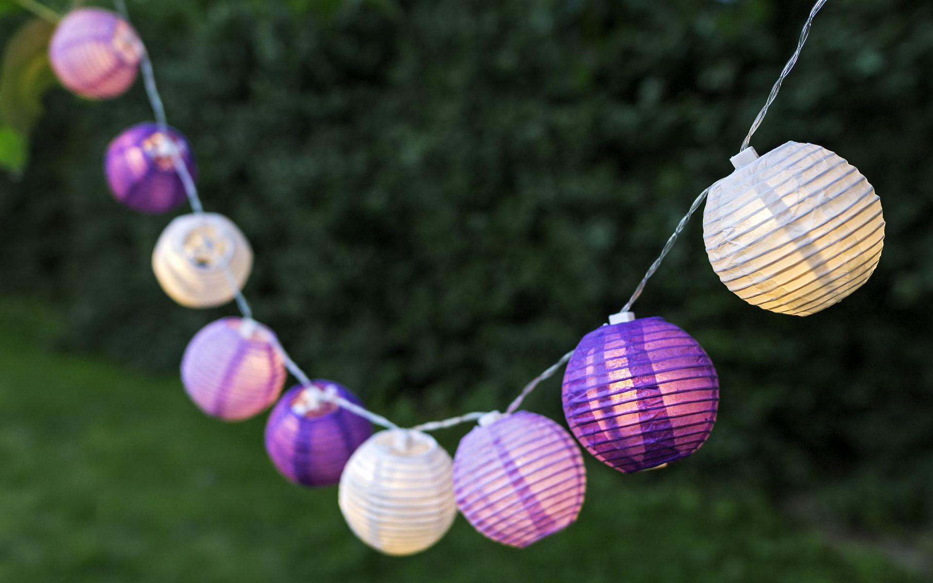 Outdoor-Foto von beleuchteten Lampions im Garten