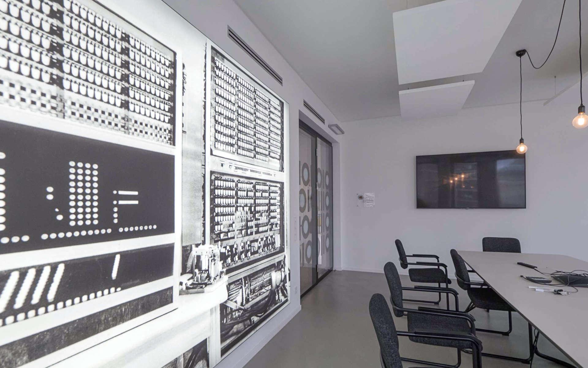 Dimmbarer Leuchtkasten in einem Konferenzraum von DDB Hamburg