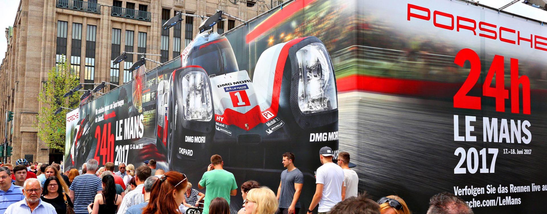 Riesenposter für Porsche in der Düsseldorfer Königsallee