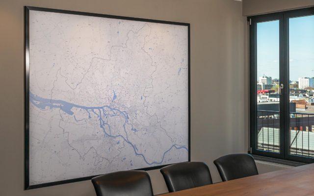 Gerahmtes Wandbild im Überformat für einen Konferenzraum mit individuell angefertigtem Holzrahmen