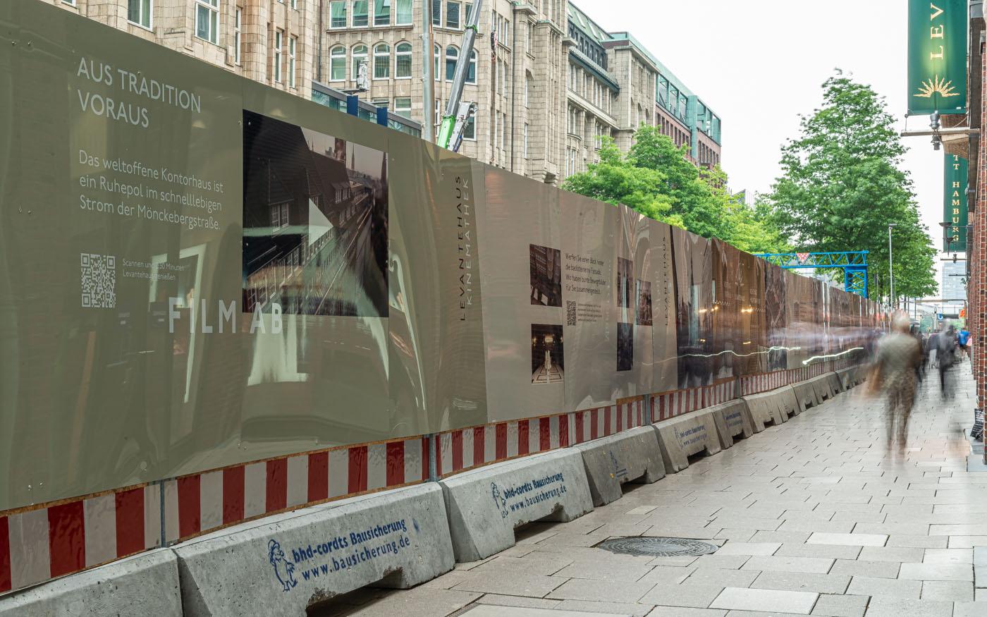 Bauzaunverkleidung an einer U-Bahn-Baustelle in Hamburg, Seitenansicht