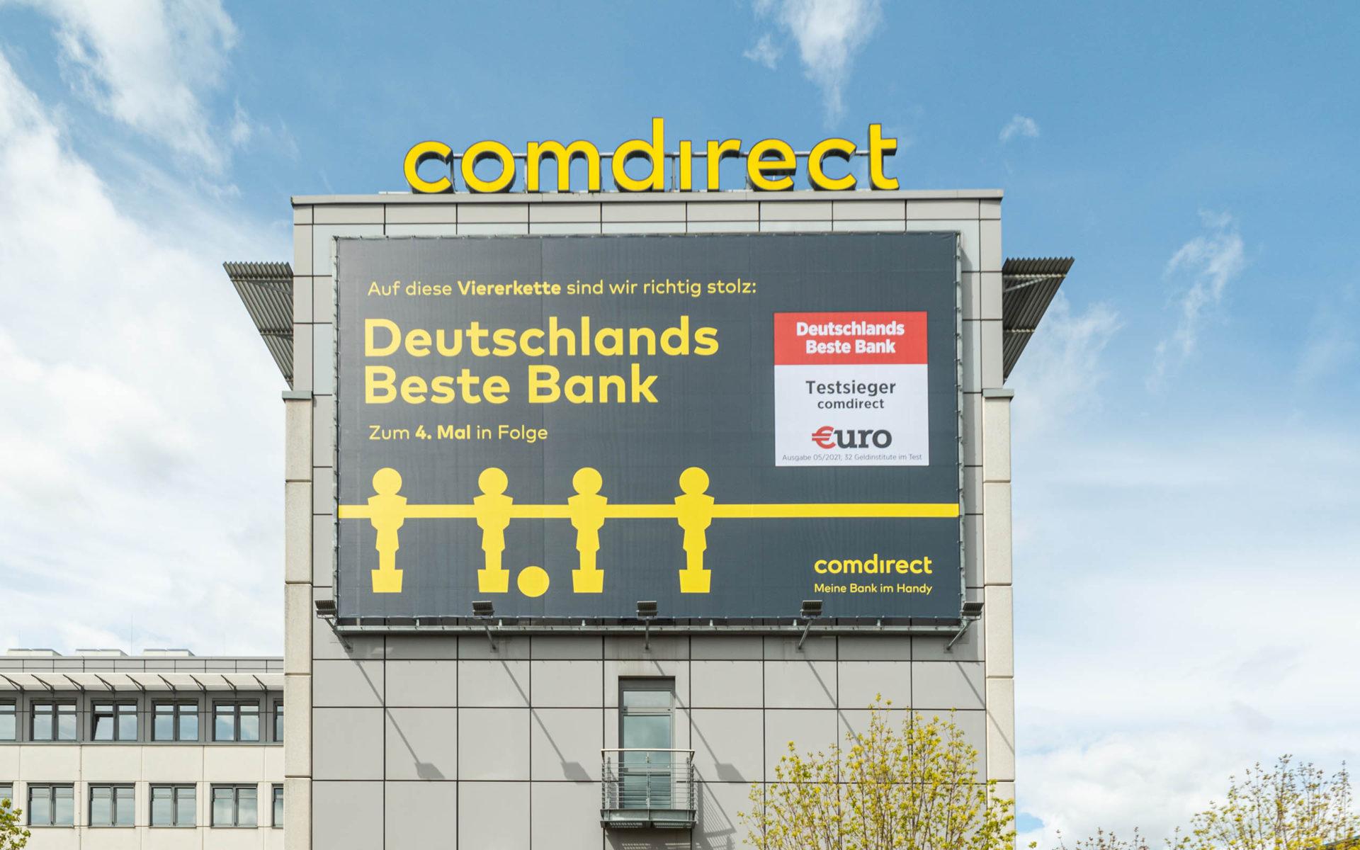 """Riesenposter an der Fassade eines Bürogebäudes mit der Aufschrift """"Deutschlands Beste Bank"""""""