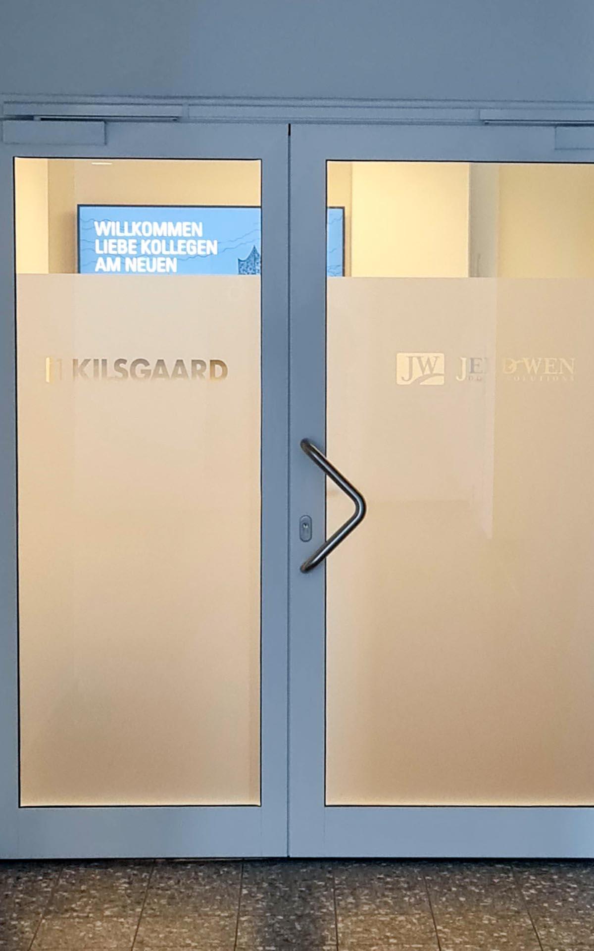Digital Signage am Büroeingang, außen